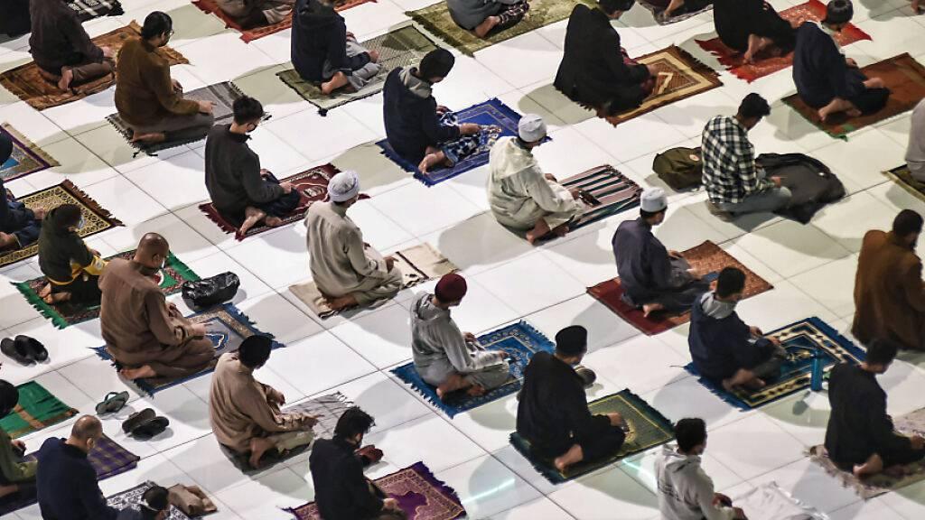 Muslime verrichten das erste Tarawih-Abendgebet des heiligen Fastenmonats Ramadan in der Al-Azhar-Moschee. Muslime auf der ganzen Welt feiern den heiligen Monat Ramadan, den neunten und heiligsten Monat des islamischen Kalenders, in dem die Gläubigen von Sonnenaufgang bis Sonnenuntergang auf Essen, Trinken, Rauchen und Sex verzichten. Foto: Sayed Hassan/dpa