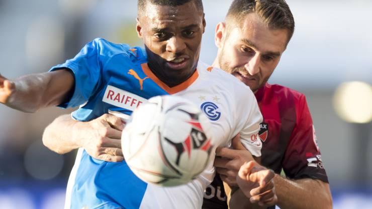 Der GC-Verteidiger Julien Ngoy kommt vor Xamax-Spieler Mustafa Sejmenovic an den Ball