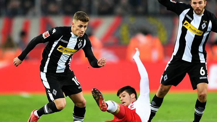 Im hart umkämpften Derby zwischen Köln (Jorge Meré, am Boden) und Mönchengladbach (Thorgan Hazard, links) ging das Heimteam als Sieger hervor