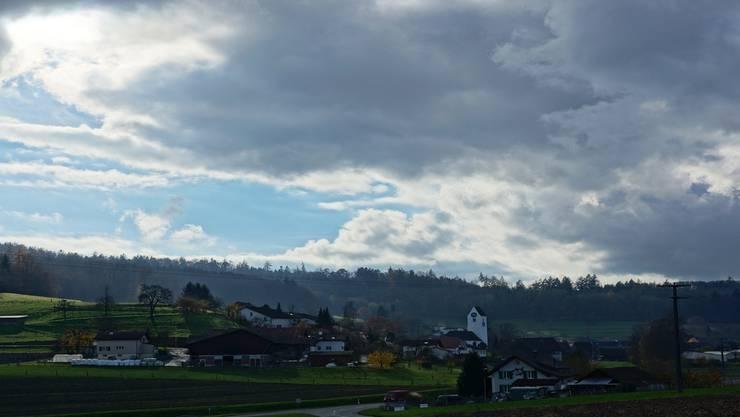 Dunkle Wolken über der Kirche in Ammerswil der Evangelisch-reformierten Kirchgemeinde (Ammerswil, Dintikon, Dottikon mit Ballygebiet Villmergen und Hägglingen).