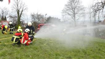 Wasser ab Tanklöschfahrzeug: In Dietwil werden den neuen Feuerwehrleuten die richtigen Handgriffe beigebracht.