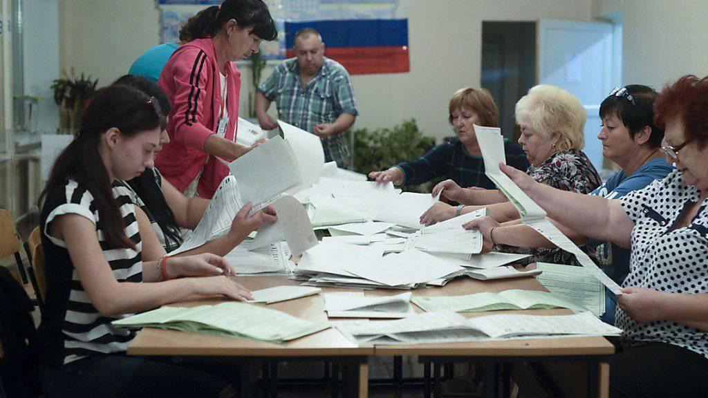In Simferopol auf der Halbinsel Krim werden Stimmen ausgezählt.