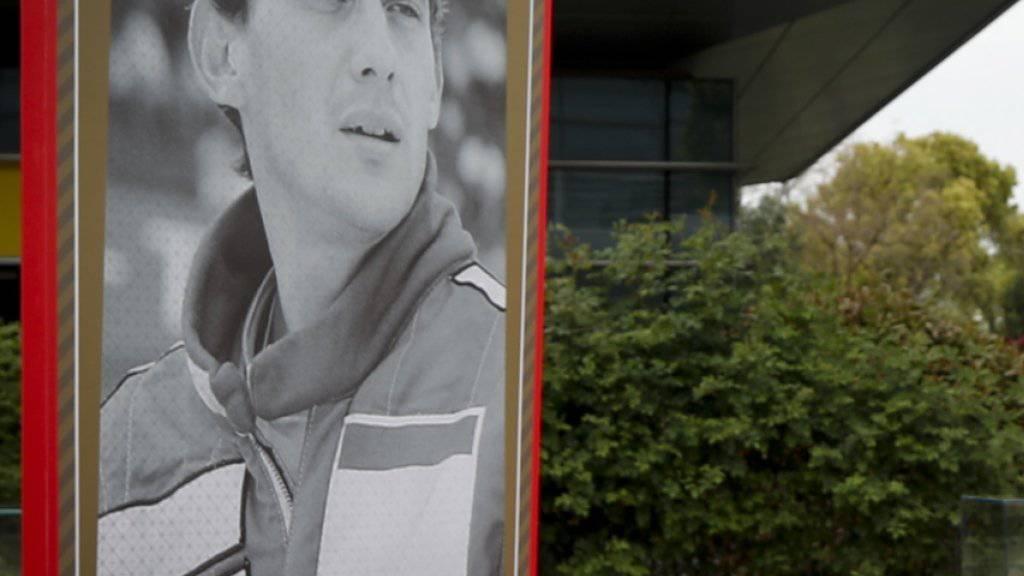 Ferrari-Teamchef Mattia Binotto hält vor dem Erinnerungsposter an Ayrton Senna anlässlich des 1000. Formel-1-GPs am 11. April in Schanghai inne