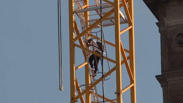 Polizeigrosseinsatz am HB: Mann klettert auf Kran und will nicht mehr runter