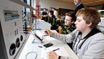 Fachlehrer Othmar Kreuzer überwacht die fleissig-vergnügten Schüler im neuen Elektrolabor. Felix Gerber