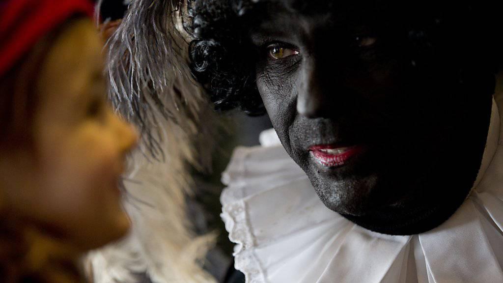 """Einer der """"Zwarten Pieten"""", die traditionell den niederländischen Nikolaus begleiten. Kritiker halten die schwarz angemalten Gesichter der Pieten für rassistisch."""