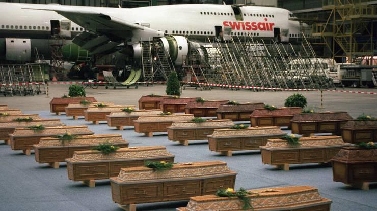 Särge der 36 im Attentat getöteten Schweizer in der Halle des Zürcher Flughafens Donnerstag Nacht, 20. November 1997. Für den Transport musste ein Spezialflug von Luxor gestartet werden.