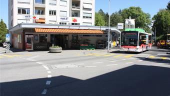 Kein einziger eigener Parkplatz: Der Schmelziladen mit Postagentur ist auf öffentliche Parkplätze angewiesen.