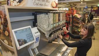 In fünf Migros-Filialen in Genf können Kunden Reis- und Hülsenfrüchte selbst abfüllen und wägen.