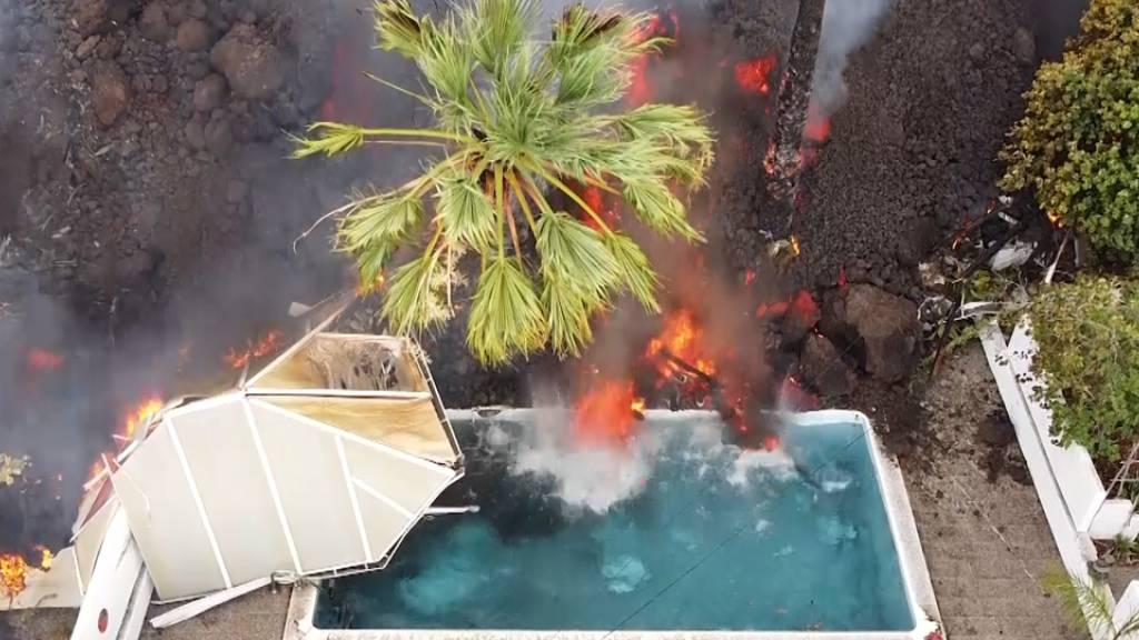 Ein Haus und ein Swimmingpool werden nach dem Vulkanausbruch von der Lava begraben. Mehrere Lavaströme wälzten sich auch die Nacht über mit einer Geschwindigkeit von etwa 700 Metern pro Stunde bergab in Richtung bebauter Gebiete. Foto: Europa Press/EUROPA PRESS/dpa