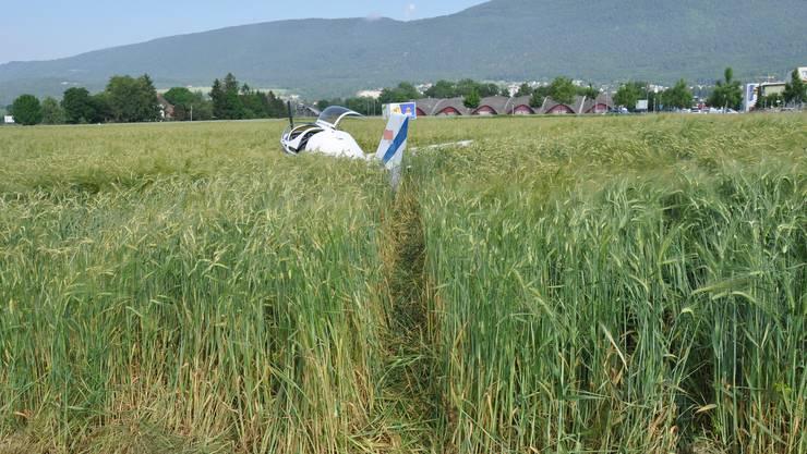 Das Kleinflugzeug landete beim Startabbruch abseits der Piste in einem Feld.