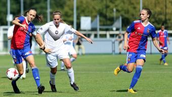 Jana Brunner (links) und Fabienne Bangerter klären gemeinsam gegen die Lugano-Spielerin.