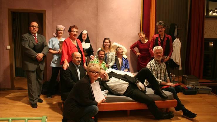 Die Theatergruppe «Goldni Aehri» wartet darauf, das Publikum vorzüglich zu unterhalten.