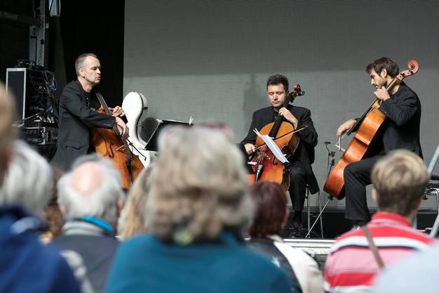 Hier wird gezupft, geschrummt und gestrichen: Cello³, eine Formation des Tonhalle-Orchesters spielt vor dem neuen Daheim.