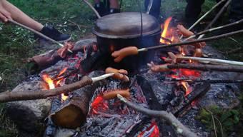 Die Zeit ist reif für Freiluft-Küchen aller Art. Im Aargau gibt es viele Möglichkeiten draussen zu grillieren. (Symbolbild)