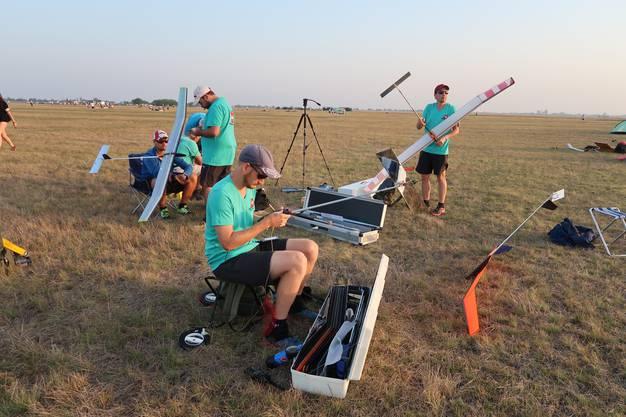 Die Schweizer Nationalmannschaft F1A am Wettkampfstag bei der Vorbereitung am frühen Morgen. Das Team besteht aus Dominik Andrist, Michael Bleuer und Lauri Malila (v.l.).