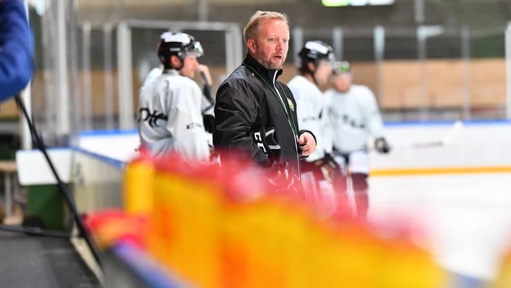 Headcoach Fredrik Söderström leitet das erste offizielle Eistraining, mal aktiv, mal zurückhaltend und beobachtend.