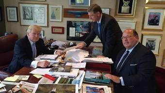 Im Zentrum der Macht: Politberater Ed McMullen (r.) mit US-Präsident Trump in dessen Büro in New York.
