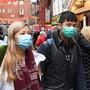 Fussgänger mit Masken in der Londoner Chinatown. In der Schweiz gibt es vorderhand keine bestätigten Infektionen mit dem neuartigen Coronavirus. (Themenbild)