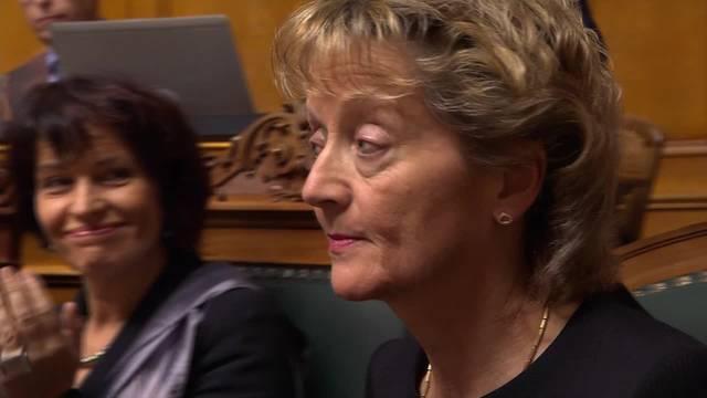 Langer Applaus und eine sprachliche Überraschung: Eveline Widmer-Schlumpf wird vor der Bundesversammlung verabschiedet