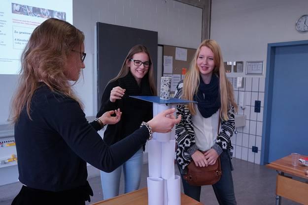 Im Modul zu Infrastrukturgrossprojekten werden die Schülerinnen für eine Stunde zu Architektinnen.