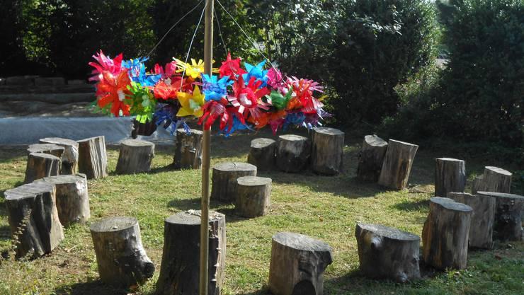 Die Kinder im Schulhaus Kastels haben sich im vergangenen Quartal mit dem Thema Abfall befasst. Im besten Fall lassen sich daraus originelle Skulpturen basteln. Diese wurden rund ums Schulhaus aufgestellt.
