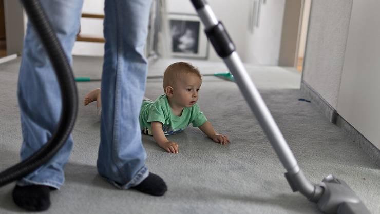 Die Frage, wie Haus- und Familienarbeit aufgeteilt wird, stellt sich insbesondere nach der Geburt des ersten Kindes. (Symbolbild)