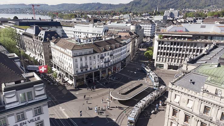 Kann sich die Schweiz als Wirtschaftsstandort behaupten? Hier: Das Herz des Schweizer Finanzplatzes, der Zürcher Paradeplatz (Archivbild).