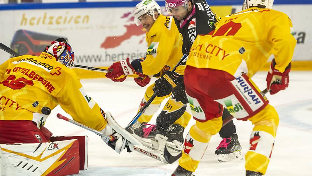 Ajoies Reto Schmutz (rotes Tenü) hält die Bieler Defensive auf Trab