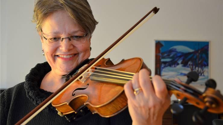 Regula Benz übt zu Hause auf ihrer Geige, die gleich alt ist wie der Orchesterverein Bremgarten: 100 Jahre.