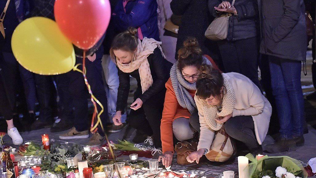 Trauernde zünden in Brüssel Kerzen für die Opfer der Anschläge an - laut neusten Erkenntnissen forderten die Anschläge 35 Todesopfer. (Archiv)
