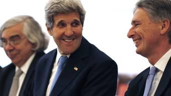 Zuversichtlich: US-Aussenminister John Kerry (links) mit dem britischen Aussenminister Philip Hammond (rechts) bei den Atom-Verhandlungen in Wien
