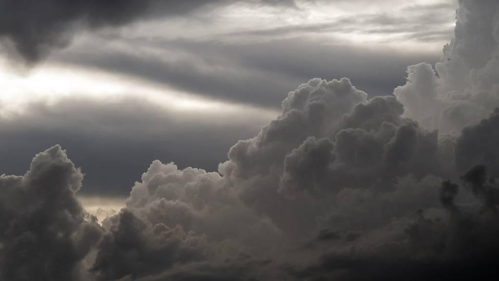 Neue Gewitter mit Starkniederschlägen sind angesagt: Schwarze Wolken über Thun. (Archivbild)