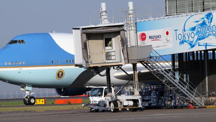 Die Air Force One mit US-Präsident Donald Trump an Bord ist am Samstagmorgen in Tokio gelandet. (AP Photo/Koji Sasahara, Pool)