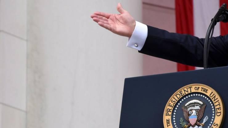 """Sie ist inzwischen beinahe so berühmt wie ihr Besitzer: die Hand von Donald Trump. Über den Händedruck des US-Präsidenten sagt ein Knigge-Nachfahre: """"Trump reisst die Leute an sich heran, wie ein kleiner, trotziger Junge."""" (Archivbild)"""