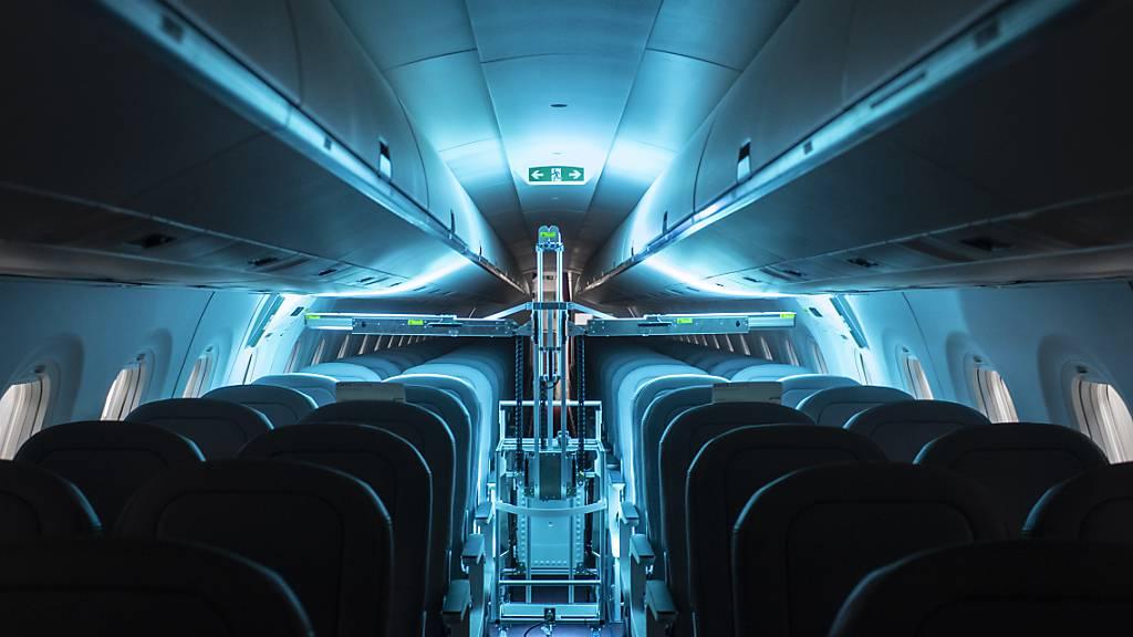 Das UV-C Licht tötet Viren und Bakterien in der Luft und auf Oberflächen ab. Hersteller UVeya erprobt die Geräte derzeit in Flugzeugen von Helvetic Airways.