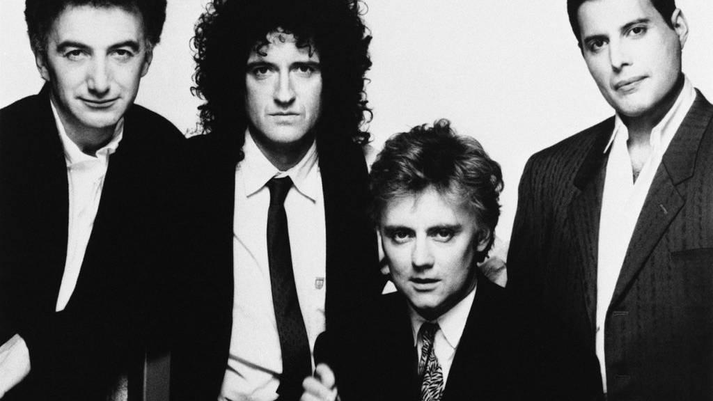 Die Mitglieder der Rockband Queen: John Deacon, Brian May, Roger Taylor und Freddie Mercury.