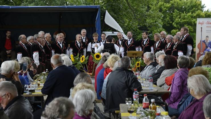 Der Jodlerclub Bärgbrünnli singt die bekannte Jodlermesse von Jost Marti an der gestrigen Stierenberg-Chilbi.