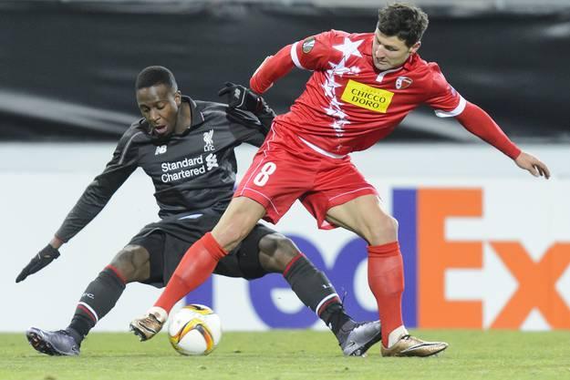 Vero Salatic (rechts) im Zweikampf mit Liverpools Divock Origi.