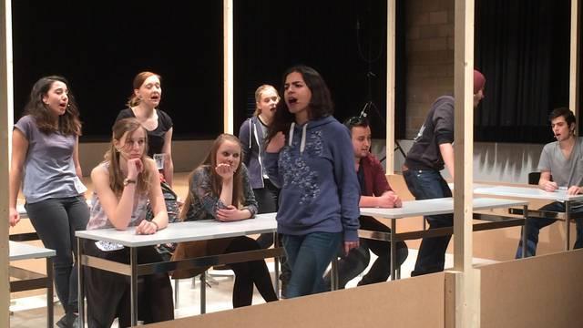 «S'ist Müssen und Mühen, die Freiheit vorbei»: Die Kanti-Schüler bei der Hauptprobe zum Musical «Der grosse Preis»