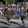 Sie können es nicht erwarten: Die ersten Besucherinnen und Besucher rennen aufs Festgelände des Oktoberfests, um sich die besten Plätze zu sichern.