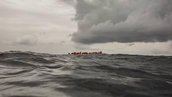 Ohne Aussicht auf Rettung Wind und Wellen ausgesetzt Flüchtlinge vor der libyschen Küste