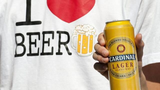 Ein Bierliebhaber mit einer Dose Schweizer Bier (Archiv)
