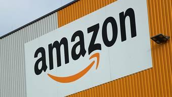 Viele Internetbestellungen beflügeln den Amazon-Konzern. (Archivbild)