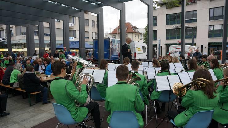 Vom Sechseläuten-Marsch bis zu internationalen Hits: Am Frühlingsmarkt spielte die Stadtjugendmusik Dietikon mit Dirigent Marco Nussbaumer ein abwechslungsreiches Muttertagskonzert.
