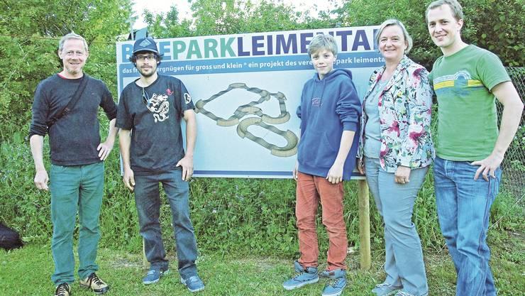 Das Team hinter dem Bike-Park: Urs Widmer, Jugendbeauftragter Therwil und Co-Projektleiter; Jan Jakubowitsch, Parkdesigner; Rio Renz, Nachwuchsfahrer; Irene Fiechter, Gemeinderätin Biel Benken sowie Adrian Zaugg, Präsident Verein Bikepark Leimental und Co-Projektleiter.