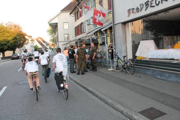 Nachdem die Velos präpariert worden waren, setzte sich der Korso in Bewegung. Zuerst fuhr er durch Liestal ...