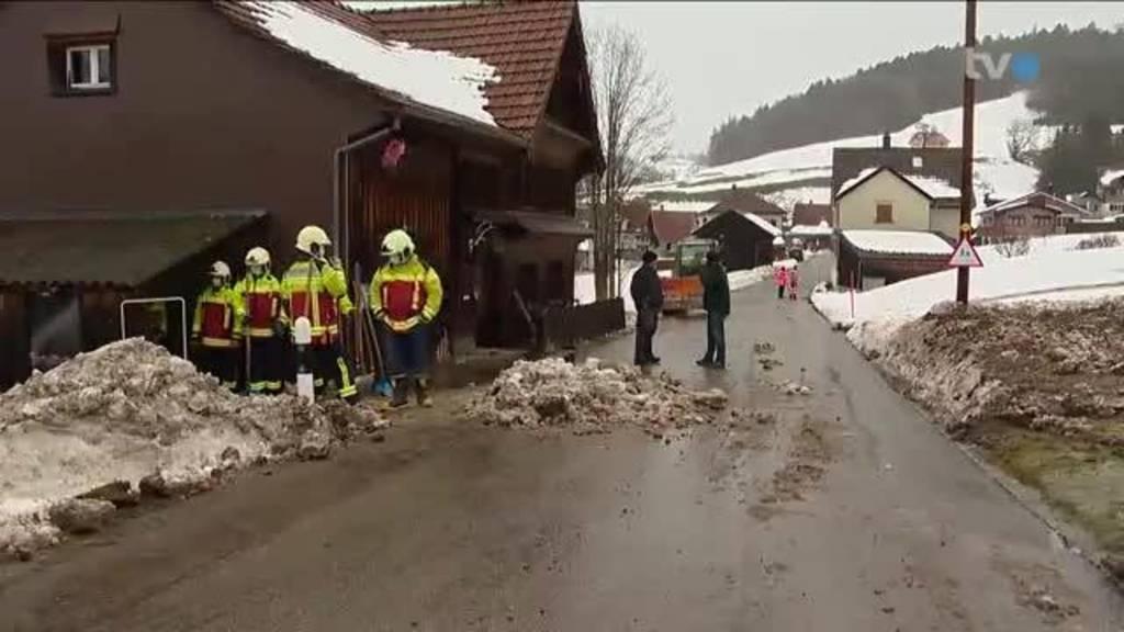 Gefahr von oben: Dachdecker räumen Schnee von den Dächern