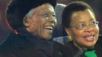 Nelson Mandela mit seiner Frau im Soccer-City-Stadion von Johannesburg