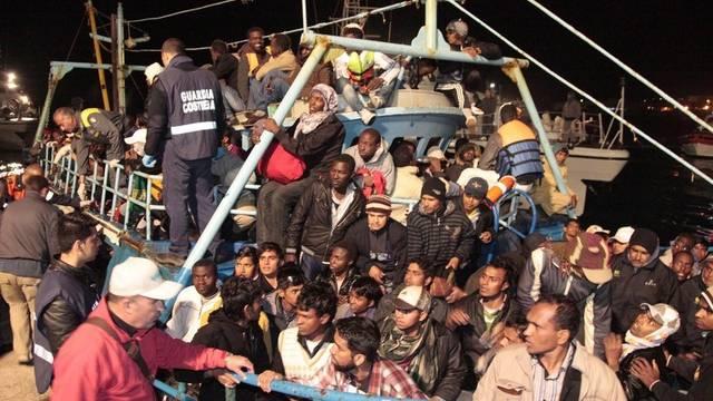 Ein Flüchtlingsboot aus Libyen erreicht Lampedusa, doch nicht jedes Schiff erreicht das Ziel in Italien